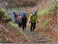 1-02登山開始、木製階段を上がる