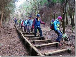 1-40長い木製階段、土が流れて段差大きく歩きにくい