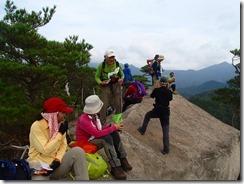22岩峰上で休憩中、落ちないように注意してね~