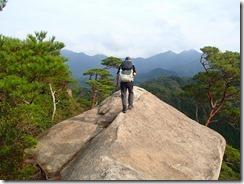 21一峰は岩峰です、前方は切れ落ちています