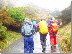 03登山開始、あいにく雨です