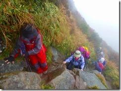 21山頂下の岩場、雨で滑ります