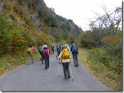02登山口まで少し歩きます