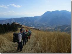 33花牟礼山の下山です、山は黒岳方面。