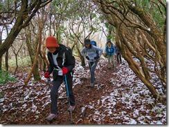 2-09うっすらと雪が積もった登山道