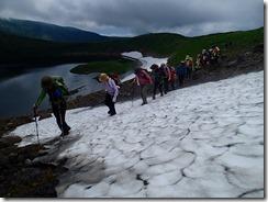 21雪渓を横切り