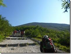 04広い登山道、稜線が見えてきました