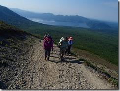 06支笏湖をバックに登っていきます
