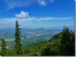 11奥ノ院から高崎山、鶴見由布岳の展望