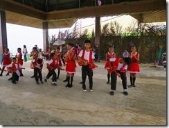 16チョコレートヒル展望所で子供たちの吹奏楽隊の歓迎