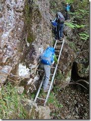 2-39祖母山への急登、岩溝、ハシゴ、ロープにとりついて上ります