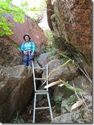 2-38祖母山への急登、岩溝、ハシゴ、ロープにとりついて上ります