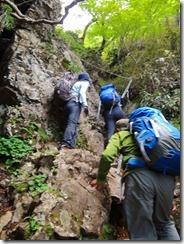 2-40祖母山への急登、岩溝、ハシゴ、ロープにとりついて上ります