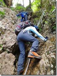 2-41祖母山への急登、岩溝、ハシゴ、ロープにとりついて上ります