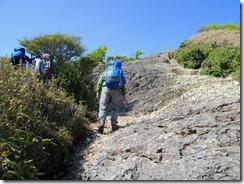2-37祖母山への急登、岩溝、ハシゴ、ロープにとりついて上ります