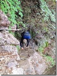 2-42祖母山への急登、岩溝、ハシゴ、ロープにとりついて上ります