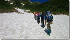 1-04雪渓を登って別山乗越へ向かいます