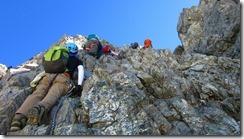 2-17登山者を下から撮影、まるで垂直の壁、カニのタテバイ