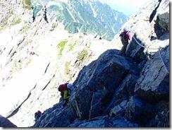 2-18岩にピンを打ち込んであるのがわかるかな?、手づかみしたり足のステップにしたりと壁を登ります