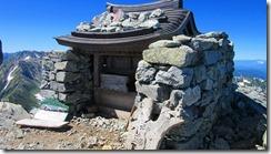 2-22剱岳、山頂の祠、落雷で吹っ飛んだのが修復されました。