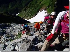2-04ヘrツメット、ハーネス、スリング、カラビナを装着しての安全登山です