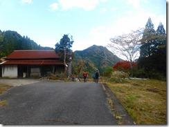 26岩伏の旧登山口、ただし民家前なので新駐車場から登山しましょう、駐車場まで下りましたP1100536