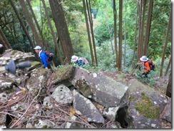 6 石積の間を登る
