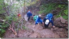 4-05急坂の岩場を登っていきます