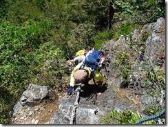 1-12鷹巣山は岩場の上りです、このロープ切れそうでないですか?