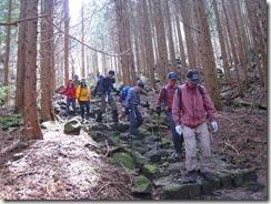 12分岐からの歩きにくい岩場の登山道 (2)