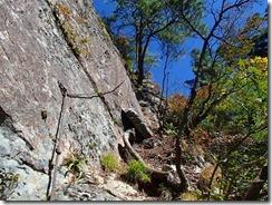 2-16岩壁にはロープが設置されていました