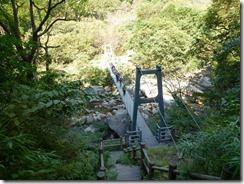 02吊橋を渡り遊歩道を少し歩きます