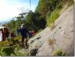 18 8合目の岩場のトラバース、ロープがありますが擦り切れているので使用しない方が良いです