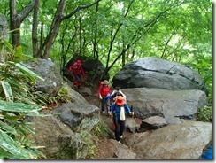 07延々と続く岩盤の登山道