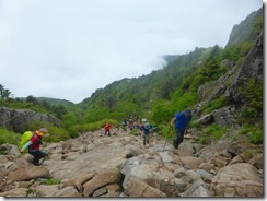 29岩盤状の登山道、山頂は近いぞ