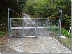 1-12ハチケン谷登山口のゲート