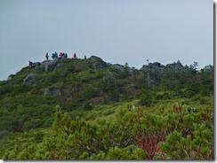 13梵天岩にすでに登山者、あすこを目指します