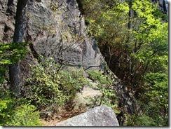 28 岩場を通過