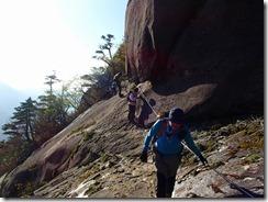 18 象岩の下をトラバース、下は急崖です