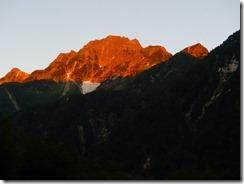 2-01朝焼けの横尾山荘から見る穂高連峰