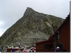 2-13明日登る奥穂高に多くの登山者が壁を登っています