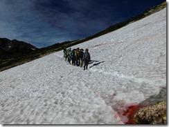 3-07雪渓を渡る
