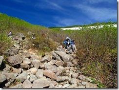 4-06雪渓がなくなると岩ゴロゴロの歩きにくい登山道です