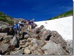 4-04雪渓の横を抜けます