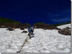 4-05雪渓を下ります、滑らないように