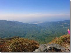 2-14山頂からの眺めは少しぼやけているが、桜島の噴煙も見える
