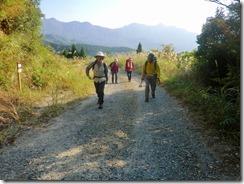 2-19下山後の林道歩きが長い