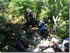 3-05登山道は岩だらけ