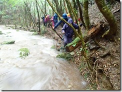 2-04登山道は水があふれています、それでも少しは濡れないようにヘリを進む