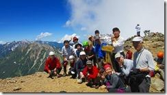 3-22歩いてきた稜線バックに、鹿島槍ケ岳登頂写真